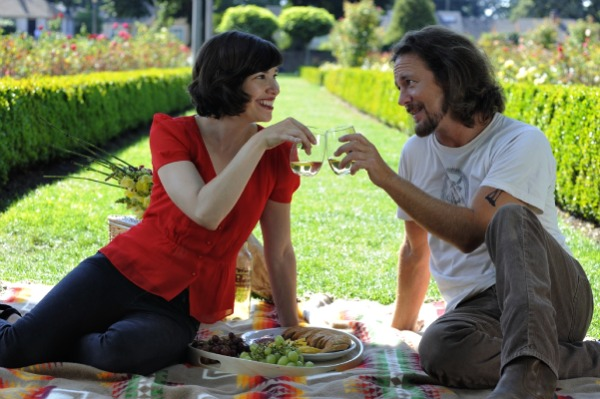 Carrie Browmstein and Eddie Vedder have a picnic on a pendleton blanket.