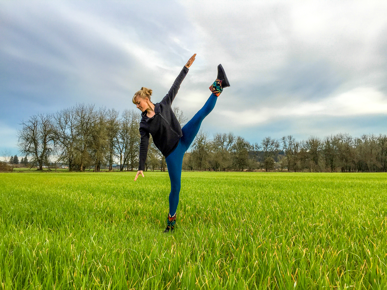 Amy Patterson doing a yoga pose in an Oregon pasture