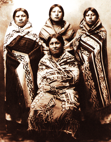 Archival photo of Native American women wrapped in Racine blankets.