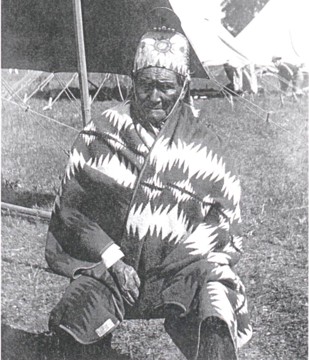 geronimo_wearing_a_pendleton_blanket_1909_courtesy_of_barry_friedman